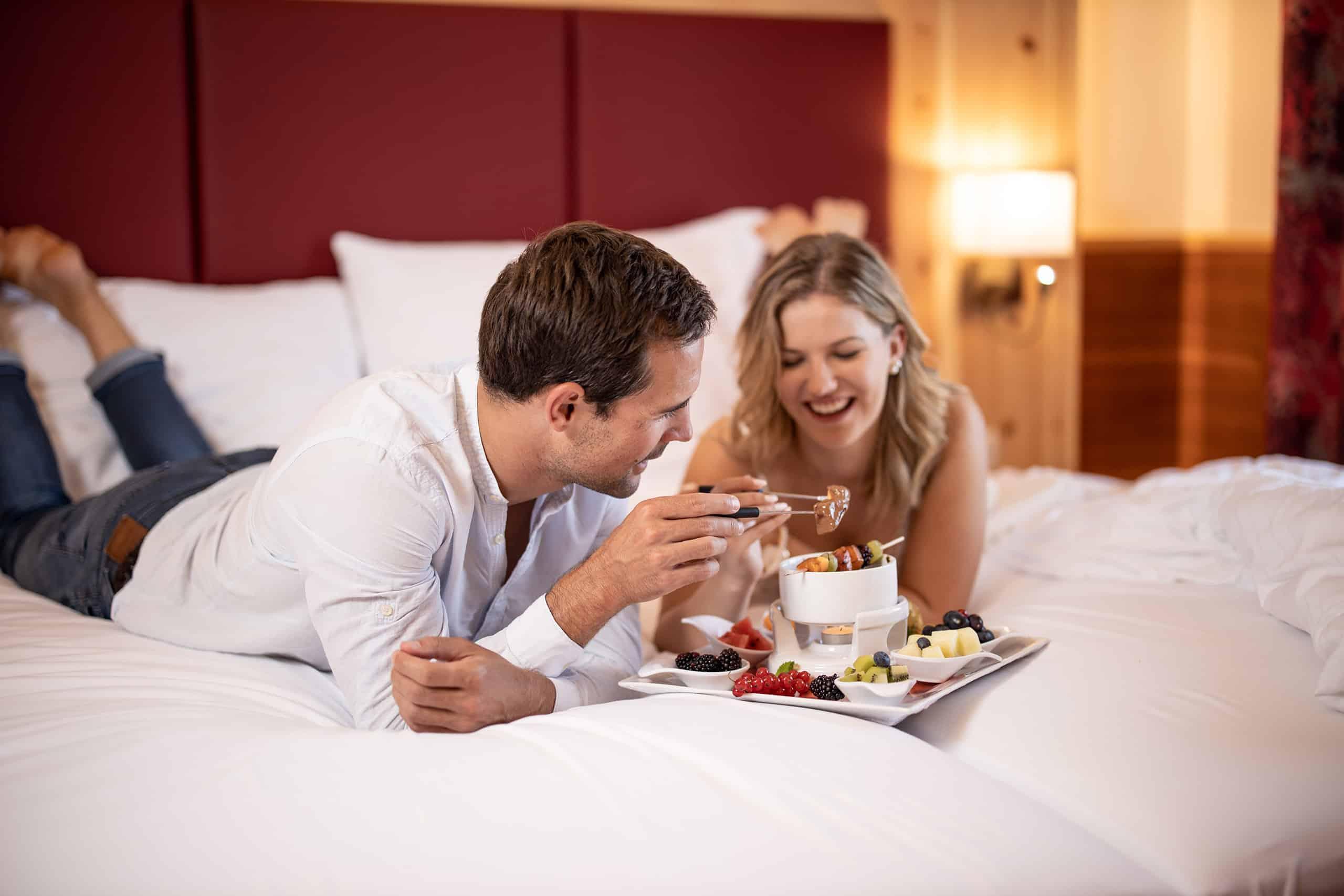 conversory-puchasplus-zirben-romantik-plus-zimmer-paar-schokoladenfondue