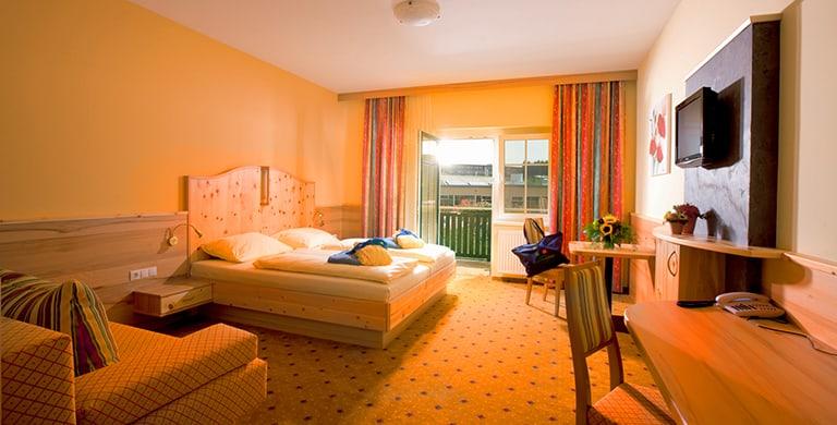 top-komfort-zirbenzimmer-thermenblick-thermenhotel-puchasplus4.jpg