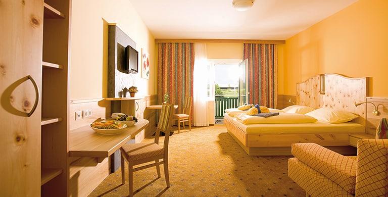 top-komfort-zirbenzimmer-thermenhotel-puchasplus.jpg