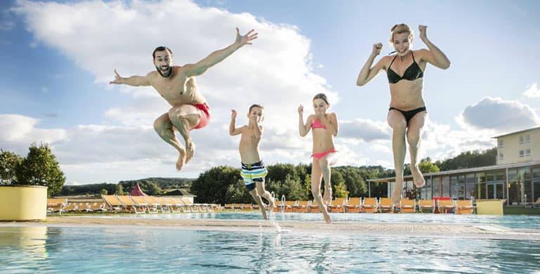 familie-schwimmbecken-freibad